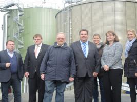 Die SPD-Umweltpolitiker besichtigen die BioEnergieAnlage der Firma Südleder. V.l.n.r.: Eric Priller, Geschäftsführer REHAU Energy Solutions GmbH, MdL Harry Scheuenstuhl, MdL Klaus Adelt, MdL Herbert Woerlein, Jasmin Dorner, Parlamentarische